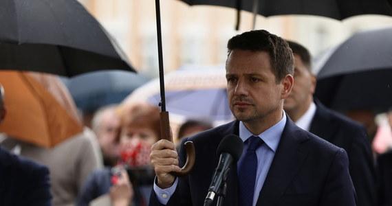 """""""Mottem tej kampanii wyborczej są słowa 'mamy dość', bo słyszymy je wszędzie, gdzie jesteśmy - mówił w piątek w Oświęcimiu kandydat KO na prezydenta Rafał Trzaskowski. Wszędzie, gdzie jestem, w Warszawie, na Śląsku, czy w Małopolsce, ludzie jasno mówią: 'mamy dość tego, że są równi i równiejsi' – dodał."""