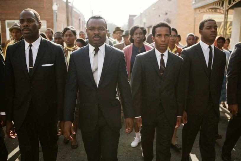 """Pokłosiem śmierci George'a Floyda są kolejne informacje związane z panującymi w Hollywood uprzedzeniami rasowymi. Jedną z takich historii podzielił się David Oyelowo, który w filmie """"Selma"""" wcielił się w rolę Martina Luthera Kinga. Stwierdził on, że członkowie Akademii nie chcieli, by ten film dostał Oscara, dlatego, że jego twórcy brali udział w antyrasistowskim proteście. """"Tak było"""" - potwierdza jego słowa reżyserka filmu Ava DuVernay."""