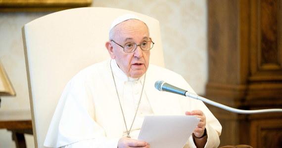 """""""Nie możemy udawać, że jesteśmy zdrowi w świecie, który jest chory"""" - napisał papież Franciszek w związku z obchodzonym w piątek Światowym Dniem Ochrony Środowiska. Podkreślił, że """"rany zadane naszej matce Ziemi to rany, które krwawią też w nas""""."""