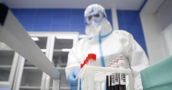 Większość krajów – w tym Polska – luzuje obostrzenia, które obowiązywały w związku z pandemią koronawirusa. Teraz największym wyzwaniem jest ograniczenie sytuacji, w których może dojść do zakażenia koronawirusem kilkunastu, a nawet kilkudziesięciu osób. Prof. Adam Kucharski z Londynu ocenia, że 10-15 proc. osób jest odpowiedzialnych za 80 proc. zakażeń.