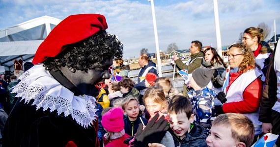 """Premier Holandii Mark Rutte jest przekonany, że stosunek do Zwarte Piet, czyli Czarnego Piotrusia, który zgodnie z niderlandzką tradycją pomaga Świętemu Mikołajowi, w ostatnich latach """"bardzo się zmienił"""". Dodał, że postać ta za kilka lat zniknie."""