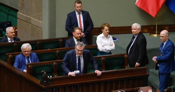 """Pan prezes Jarosław Kaczyński jest osobą najbardziej atakowaną i moim zdaniem czasami muszą paść takie męskie słowa – tak premier Mateusz Morawiecki odniósł się w sobotę w RMF FM do słów Jarosława Kaczyńskiego, które padły w czasie obrad Sejmu w kierunku posłów opozycji. Szef PiS-u mówił o """"chamskiej hołocie""""."""