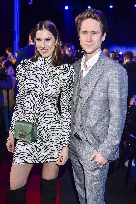 """Fani serialu """"Zakochani po uszy"""" mają nie lada zagadkę do rozwiązania. Czy Michał Meyer i Kamila Kamińska, czyli serialowy Piotr oraz Sylwia, są parą w życiu prywatnym? W mediach społecznościowych pojawiło się tajemnicze zdjęcie."""