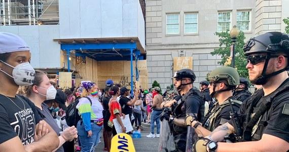 W Waszyngtonie trwają masowe demonstracje spowodowane zabójstwem George'a Floyda przez policję w Minneapolis. Policja szacuje, że demonstrować w stolicy USA może nawet kilkadziesiąt tysięcy ludzi.