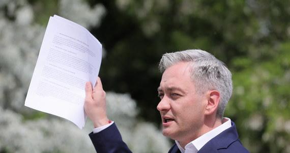 Kandydat Lewicy na prezydenta Robert Biedroń zapowiedział, że pieniądze przewidziane dla Polski w unijnym planie wsparcia gospodarki wobec koronakryzysu należy przeznaczyć na edukację, ochronę zdrowia, tanie mieszkania i energie odnawialne.