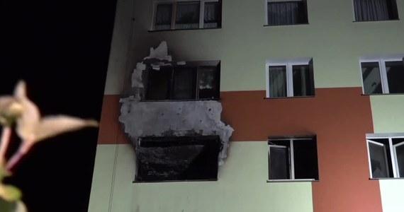 Po pożarze w wieżowcu przy ul. Starzyńskiego w Koszalinie w woj. Zachodniopomorskim prowadzone są oględziny przez biegłego z zakresu budownictwa. Wyniki mają być znane w niedzielę. Od nich będzie zależeć, czy lokatorzy będą mogli wrócić do domów. W pożarze zginęła jedna osoba, a cztery zostały ranne.
