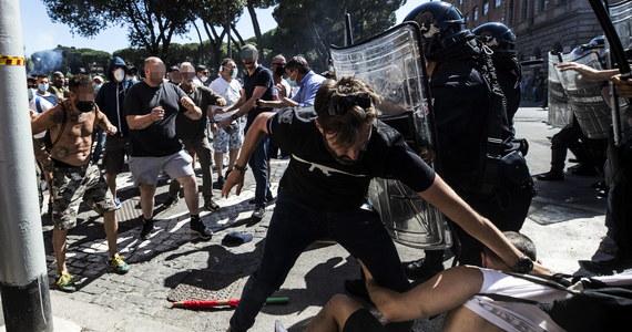 W Rzymie doszło do starć uczestników antyrządowego wiecu ze środowisk neofaszystowskich z siłami porządkowymi. Podczas zamieszek na terenie antycznego Circus Maximus manifestanci zaatakowali funkcjonariuszy i dziennikarzy, rzucając w nich szklanymi butelkami.