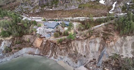 Część starej trasy E6 w Alta na północy Norwegii zapadła się w nocy. Jak podaje NRK, powstała głęboka na 40 metrów dziura w jezdni. Kilka dni temu w Alta osunęła się ziemia, a wraz z nią do morza zsunęło się osiem domów.