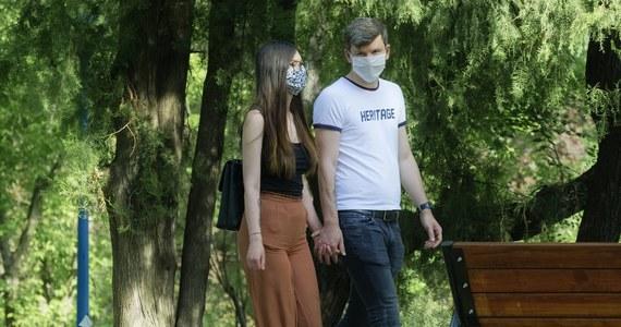 Padł dobowy rekord potwierdzonych nowych przypadków koronawirusa. W sobotę Ministerstwo Zdrowia poinformowało o 576 nowych przypadkach zakażenia koronawirusem. Zmarło kolejnych 16 pacjentów. Łącznie w Polsce mamy 25 986 osób zakażonych koronawirusem oraz 1 153 osoby zmarłe.