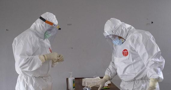 W niedzielę Ministerstwo Zdrowia poinformowało o 575 nowych potwierdzonych przypadkach zakażenia koronawirusem oraz o 4 kolejnych ofiarach śmiertelnych. Aktualny bilans epidemii w Polsce to 26 561 zakażonych i 1 157 ofiar śmiertelnych. Resort przekazał również informację, że dotychczas wyzdrowiało 12 855 osób zakażonych SARS-CoV-2.