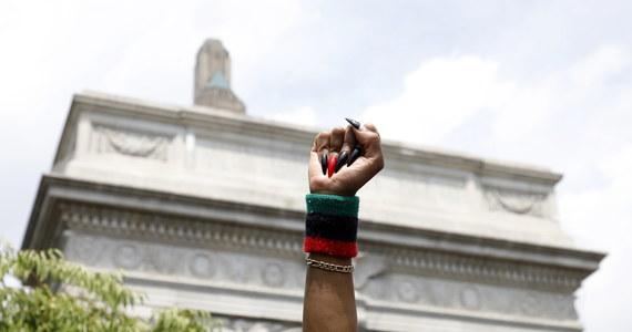 Burmistrz Nowego Jorku Bill de Blasio ogłosił w niedzielę, wcześniej niż oczekiwano, zniesienie godziny policyjnej w mieście. Na decyzję miał wpływ pokojowy charakter protestów przeciw brutalności policji w ostatnich dniach.