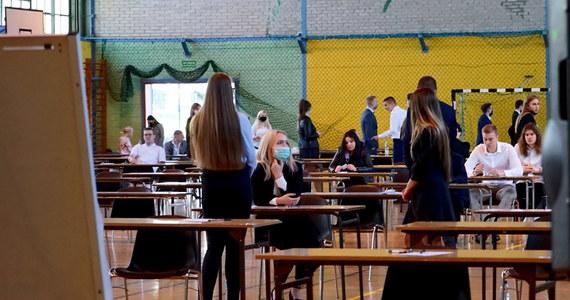 Dziś rusza maturalny maraton. Uczniowie od godziny 9 piszą test z języka polskiego na poziomie podstawowym. Podczas egzaminów trzeba będzie przestrzegać wytycznych sanitarnych opracowanych przez Centralną Komisję Egzaminacyjną, Ministerstwo Edukacji Narodowej oraz Głównego Inspektora Sanitarnego. Jak co roku RMF FM będzie przyglądać się zmaganiom uczniów, a po zakończonym egzaminie – opublikujemy rozwiązania!