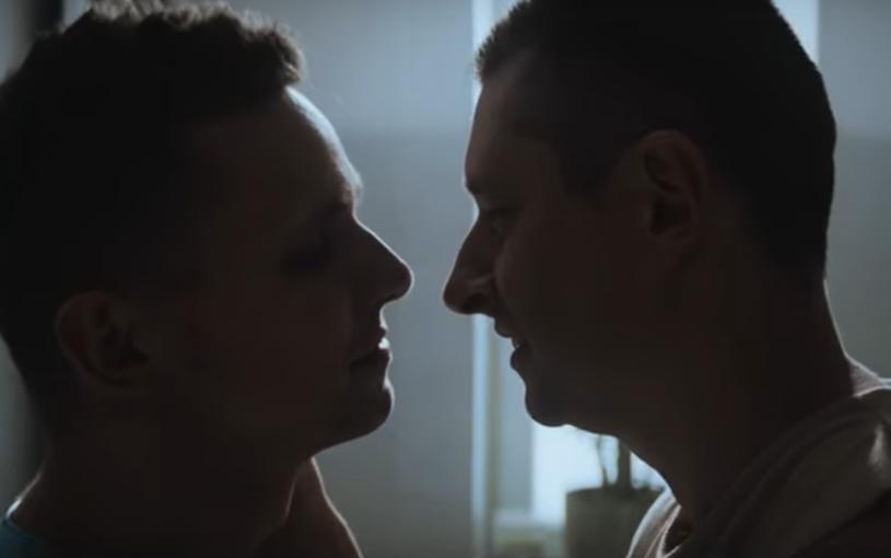 Telewizja Polska nie zdecydowała się na emisję spotu reklamowego prezerwatyw Durex, w którym wystąpiła para gejów - wynika z informacji portalu Wirtualnemedia.pl. Reklamę oglądać można w TVN-ie i Polsacie.
