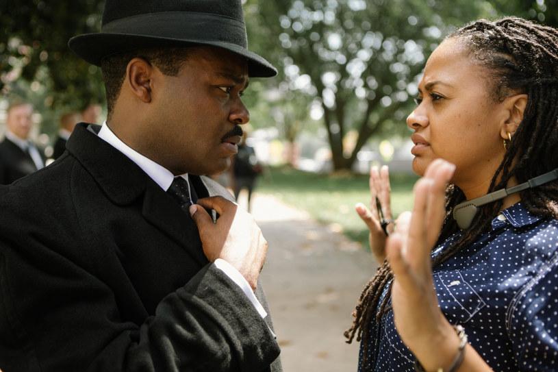 """Szerokim echem odbił się wywiad Davida Oyelowo, w którym aktor opowiedział historię związaną z filmem """"Selma"""". Wystąpił w nim w roli dra Martina Luthera Kinga. Według słów Oyelowo, protest, w którym wzięli udział twórcy filmu """"Selma"""", przekreślił jego szansę na Oscara. Pokłosiem wywiadu okazał się inny protest, jaki został urządzony pod budynkiem Amerykańskiej Akademii Filmowej."""