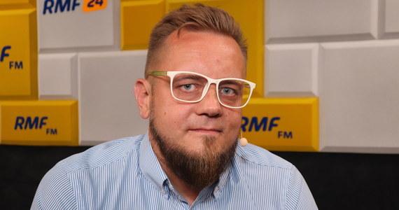 """Marcin Zaborski w Popołudniowej rozmowie w RMF FM zapytał swojego gościa o to, czy gdyby został prezydentem dążyłby do likwidacji programu 500+. Paweł Tanajno odpowiedział, ze chciałby, żeby Polacy więcej zarabiali.  """"Przede wszystkim ja jako prezydent dążyłbym do tego, żeby Polacy nie potrzebowali 500+. Chciałbym, żeby Polacy zarabiali na tyle dużo, żeby nie potrzebny był program socjalny""""."""