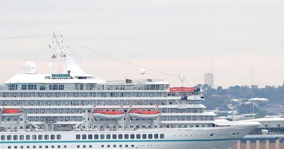 Po sześciomiesięcznej odysei po morzach świata, ostatni wycieczkowiec przewożący pasażerów zawinął do swego docelowego portu - podaje CNN. Ośmiu gości mogło zejść na ląd, by na własne oczy zobaczyć, jak zmienił się świat z powodu pandemii koronawirusa.