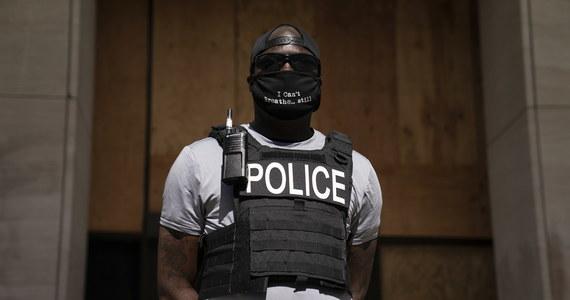 """Niektórzy amerykańscy policjanci zachowują się często """"jak na polowaniu"""" i """"robią wszystko, by złapać 'tego złego'"""" - tak działania części swoich kolegów po fachu ocenia w rozmowie z dziennikarzem Polskiej Agencji Prasowej funkcjonariusz waszyngtońskiej policji Brian Porter. Z drugiej strony zauważa, że w trakcie protestów, jakie wybuchły w Waszyngtonie po zabójstwie George'a Floyda, funkcjonariusze są często wulgarnie obrażani, a w najtrudniejszej sytuacji są czarnoskórzy policjanci. """"Nazywają nas 'zdrajcami rasy' czy 'łowcami niewolników'"""" - opowiada."""