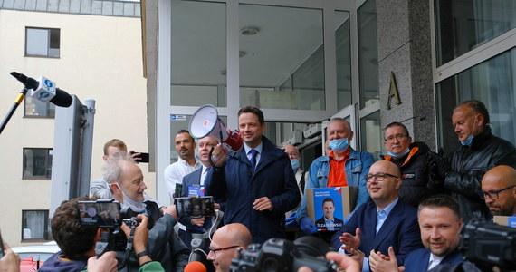 Sztab Rafał Trzaskowskiego złożył w PKW ponad 1,6 milion podpisów pod jego kandydaturą - poinformował przed siedzibą PKW sam kandydat. Trzaskowski poinformował, że podpisy wciąż spływają. Zapowiedział na najbliższe dni akcję wieszania banerów.