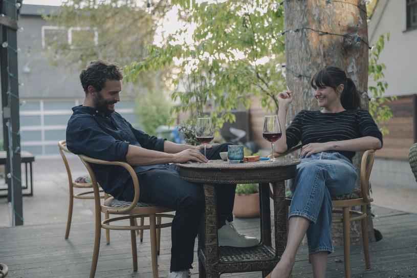 """Shailene Woodley, gwiazda serialu HBO """"Wielkie kłamstewka"""", popularnej serii """"Niezgodna"""" i filmu """"Gwiazd naszych wina"""" oraz Jamie Dornan (""""Pięćdziesiąt twarzy Greya"""") i Sebastian Stan (""""Kapitan Ameryka"""") już 3 lipca w polskich kinach w romansie """"Coś się kończy, coś zaczyna""""."""