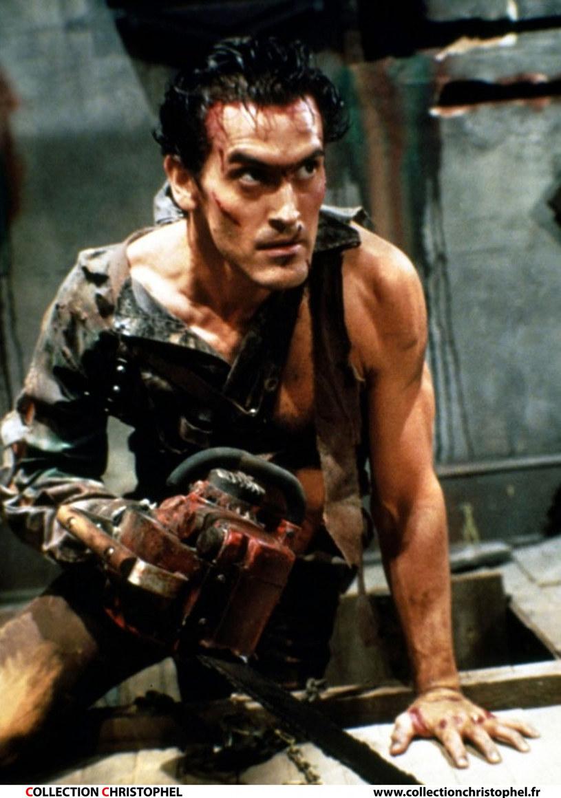 """Nakręcony w 1981 roku film """"Martwe zło"""", znany również jako """"Złośliwe demony"""" i """"Taniec z diabłem"""", przyniósł sławę jego reżyserowi Samowi Raimiemu oraz występującemu w roli głównej Bruce'owi Campbellowi. W kolejnych latach powstały dwie następne części serii, po czym przyszedł czas na remake oraz serial """"Ash kontra martwe zło"""". Na tym jednak nie koniec. Będzie nowy film z tej serii."""