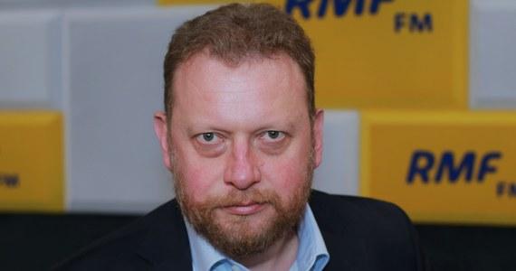 """""""Mam wrażenie, że Polacy w ogóle już zapomnieli, że mamy epidemię"""" - powiedział w Porannej rozmowie w RMF FM minister zdrowia Łukasz Szumowski.  Dodał, też, że w rządzie rozważany jest powrót do obostrzeń, ale ponowny """"lockdown"""" nie jest możliwy.""""Rekord zachorowań wynika z czegoś, co robimy w sposób bezprecedensowy w Europie, czyli wymazujemy gigantyczne zakłady pracy, jakimi są kopalnie. Jest to rodzaj badania przesiewowego - on nie wynika z kontaktów, nie wynika z informacji sanepidu. Dzięki temu Śląsk jako region tak naprawdę jest w taki sam sposób wolny czy też zajęty przez wirusa, jak inne województwa. W kopalniach jest bardzo dużo wzajemnych zakażeń"""" - dodał gość Roberta Mazurka."""