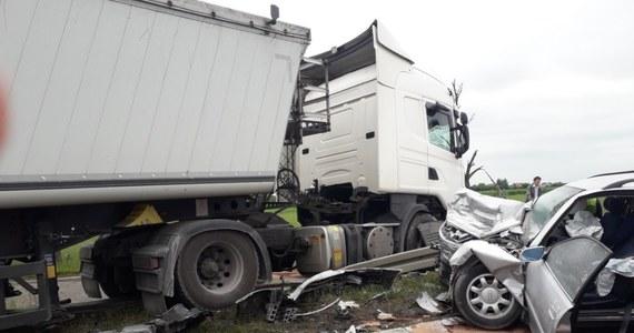 """Jedna osoba zginęła, a troje dzieci, zostało rannych w wypadku, do którego doszło na krajowej """"7"""". W okolicach Płońska na odcinku w stronę Mławy osobowy samochód czołowo zderzył się z tirem. Trasa jest zablokowana."""