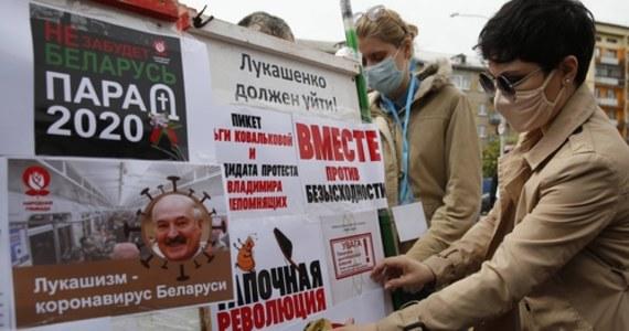 """Białoruski wideobloger i opozycjonista Siarhiej Cichanouski usłyszał zarzuty karne w związku z organizowaniem """"działań naruszających porządek publiczny"""". Zdaniem niezależnych mediów Alaksandr Łukaszenka stara się wyciszyć opozycję, która może zyskiwać na ogólnym niezadowoleniu z jego polityki. Sam prezydent powiedział, że """"bałaganu być nie może"""" przy organizacji wyborów prezydenckich."""