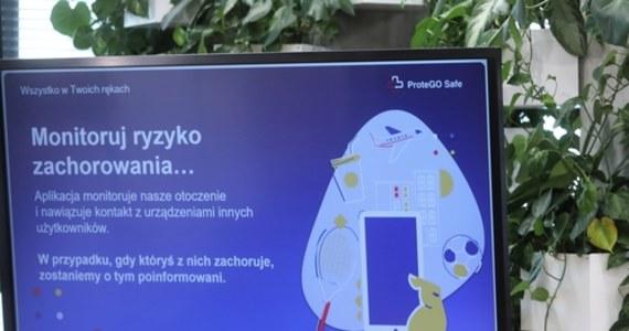 Od dziś można pobierać najnowszą wersję ProteGo Safe, wykorzystującą technologię Apple i Google. Rozwiązanie jest bezpieczne i stworzone z troską o prywatność użytkowników - poinformował we wtorek na konferencji minister cyfryzacji Marek Zagórski.