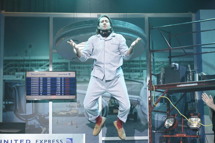 """Rola tajemniczego Mysterio w filmie """"Spider-Man: Daleko od domu"""" nie była ostatnią przygodą Jake'a Gyllenhaala z ekranizacją komiksu. Popularnego aktora zobaczymy w niebawem w adaptacji powieści graficznej """"Snow Blind"""", którą wyreżyseruje twórca nominowanego do Oscara duńskiego thrillera """"Winni"""" - Gustav Moller."""