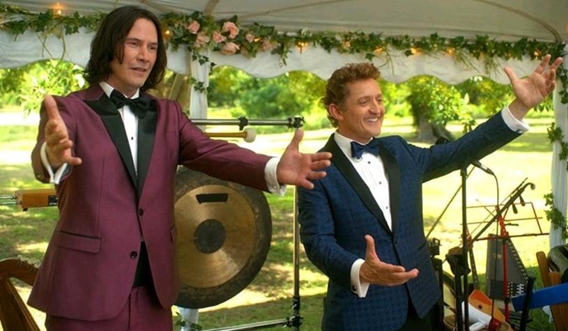 """Keanu Reeves i Alex Winter po raz ostatni wcielili się w parę słynnych bohaterów w 1991 roku, w filmie """"Szalona wyprawa Billa i Teda"""". Blisko trzydzieści lat później do kin trafi trzecia część tej kultowej serii, rozpoczętej w 1989 roku filmem """"Wspaniała przygoda Billa i Teda"""". Premiera filmu """"Bill & Ted Face the Music"""" zaplanowana została na 21 sierpnia tego roku."""