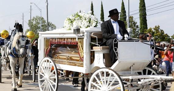 Po ceremonii utrzymanej w tradycji afroamerykańskiej w Houston zakończył się pogrzeb zamordowanego przez policję George'a Floyda. W wygłoszonych przemowach potępiono rasizm; nie brakowało też politycznych wątków. Podczas ostatniej drogi Floyda panowała podniosła atmosfera, nie doszło do żadnych incydentów.