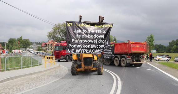 Przed południem w Naprawie na zakopiance rozpoczął się protest podwykonawców jednego w odcinków zakopianki, którzy nie dostali pieniędzy za wykonane prace. Budowlańcy zablokowali tam drogę.