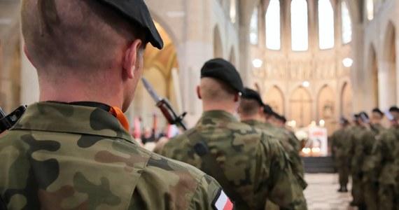 Polscy żołnierze ustawili punkt kontrolny na terenie Czech, zakazując obywatelom tego kraju wstępu do pobliskiej kaplicy. Czeski minister spraw zagranicznych Jan Hamáček mówi, że Polacy mają najwyraźniej nieco inny pogląd na otwarcie granic.