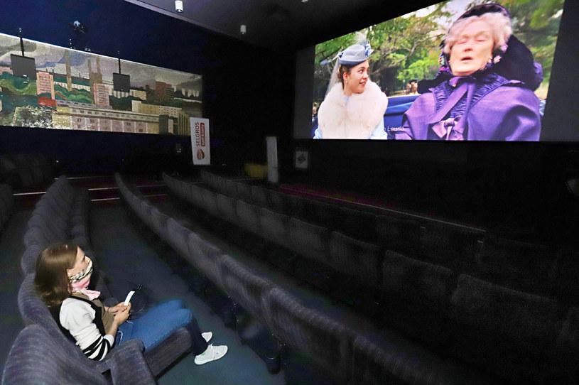 Kina we Włoszech nie zostaną otwarte w przewidzianym przez rząd terminie 15 czerwca, jeśli nie zostanie zniesiony wymóg noszenia maseczek - zapowiedziało w środę stowarzyszenie właścicieli sal kinowych. Uważają ten nakaz za niezrozumiały przy wymogu dystansu społecznego.