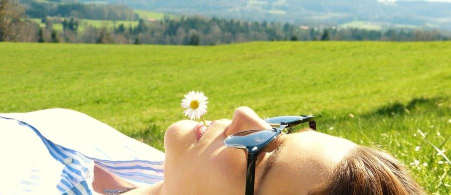 Czerwcowe słońce przebijające się przez chmury, a zwłaszcza wysoka temperatura będą sprzyjać wyjazdom w tereny zielone. W najbliższych dniach objawy alergiczne najbardziej będą dokuczać uczulonym na trawy.