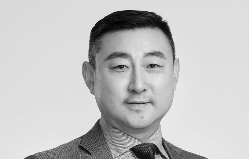 """Do tragicznego zdarzenia doszło w środowy poranek w Chinach. Huang Wei, wiceprezydent firmy Bona Film Group, który odpowiedzialny był w niej za wydział kinowy, popełnił samobójstwo. Według informacji, do których dotarł portal """"The Hollywood Reporter"""", mężczyzna wyskoczył z okna biura mieszczącego się na osiemnastym piętrze głównej siedziby firmy. Miał 52 lata."""