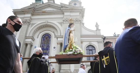 W Boże Ciało uwielbiamy Chrystusa obecnego w Eucharystii; niesiemy Go w różne rzeczywistości naszego życia -  powiedział w Gnieźnie abp Wojciech Polak. Prymas Polski podziękował też wszystkim osobom walczącym z epidemią koronawirusa.