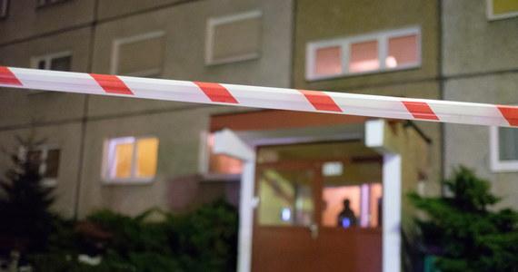 Dziś po południu w jednym z mieszkań w Wolsztynie (woj. wielkopolskie) odkryto zwłoki 44-letniej kobiety i jej 10-letniego syna. Śledczy wstępnie ustalili, że kobieta targnęła się na swoje życie. Przyczynę śmierci dziecka ma wykazać sekcja zwłok.