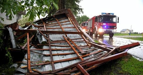 Blisko 460 razy interweniowali do czwartkowego wieczoru strażacy w związku z burzami na Lubelszczyźnie. Najwięcej interwencji dotyczyło usuwania połamanych drzew, a także zabezpieczenia uszkodzonych budynków. 80 razy wyjeżdżali natomiast do wezwań po nawałnicach strażacy na Podkarpaciu.