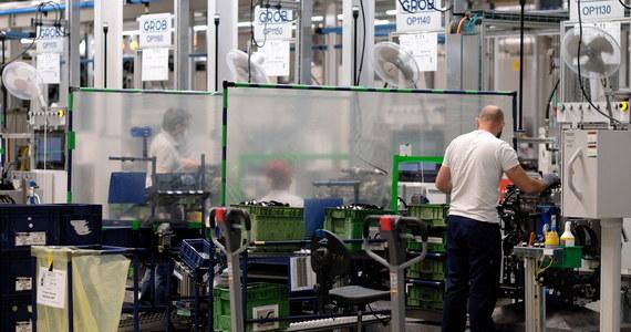 Koncern motoryzacyjny PSA zrezygnował ze sprowadzenia 270 pracowników z Polski do swojej fabryki w Hordain na północnym-wschodzie Francji - poinformowała agencja AFP. Powodem jest presja ze strony rządu oraz związków zawodowych.