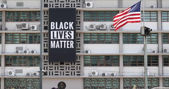 Dymisja szefowej policji w Atlancie - stolicy amerykańskiego stanu Georgia. Erika Shields zrezygnowała ze stanowiska, nazajutrz po śmiertelnym zranieniu przez policjanta czarnoskórego mężczyzny podczas próby aresztowania. W mieście wybuchły protesty. Demonstranci zablokowali autostradę i podpalili restaurację sieci Wendy's, w pobliżu której 27-letni Rayshard Brooks został zastrzelony.