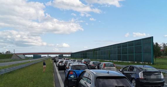 Przez całe niedzielne popołudnie i wieczór trwała fala powrotów z długiego weekendu. Zatory tworzyły się m.in. przed punktem poboru opłat w Nowej Wsi koło Torunia na autostradzie A1 w kierunku Łodzi.