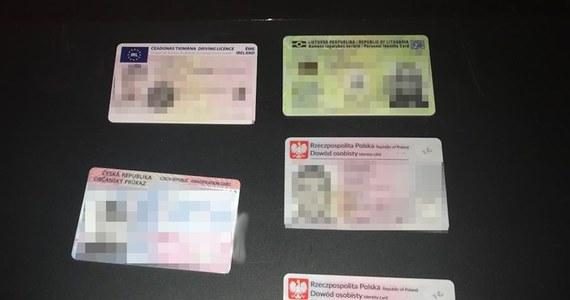 Pięć osób zamieszanym w podrabianie dokumentów oraz pranie brudnych pieniędzy zostało zatrzymanych przez funkcjonariuszy CBŚP i KGP. Według śledczych grupa mogła wyprodukować co najmniej kilkanaście tysięcy fałszywych dokumentów, które trafiały głównie do krajów Unii Europejskiej.