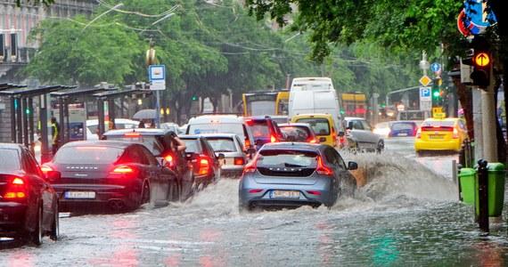 Połamane drzewa, uszkodzone budynki i zalane drogi to skutki przejścia w niedzielę nad Węgrami gwałtownych burz i oberwania chmury. Zginęła też kobieta porwana przez nurt wezbranej wody.