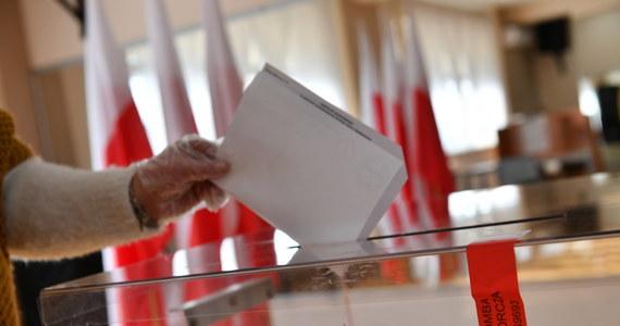 Nie wszędzie na świecie Polacy będą mogli zagłosować w tegorocznych wyborach prezydenckich - przyznaje to Ministerstwo Spraw Zagranicznych. Jak podkreślał w czasie dzisiejszej konferencji prasowej wiceszef polskiej dyplomacji Piotr Wawrzyk, fakt, że w jakimś kraju Polacy nie będą mieć możliwości oddania głosu w zbliżających się wyborach, wynika wyłącznie z decyzji tego państwa. Ci, którzy znaleźli się w takiej sytuacji, mają tylko jedną możliwość wzięcia udziału w wyborach: muszą pojechać do innego kraju.