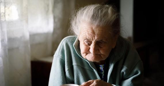 To już ostatnie chwile, by dołączyć do zbiórki na telefon wsparcia dla samotnych seniorów DOBRE SŁOWA, który w odpowiedzi na skutki pandemii zorganizowała Szlachetna Paczka. Od tych kilku godzin zależą miesiące pomocy – jeżeli uda się dokończyć zbiórkę, osoby starsze będą mogły korzystać ze wsparcia psychologów oraz wolontariuszy Szlachetnej Paczki do końca 2020 roku. Ponad 20 tysięcy zł. w niecałe 24 godziny – Polacy nie raz pokazywali, że gdy chodzi o los najbardziej potrzebujących, to granice dobroczynności nie istnieją. Liczy się każda wpłata, dołącz do zbiórki!