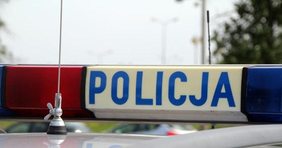 Pijany mieszkaniec Tarnowskich Gór groził siekierą przechodniom, zaatakował też policjantów. 40-latek usłyszał zarzut napaści na funkcjonariuszy.