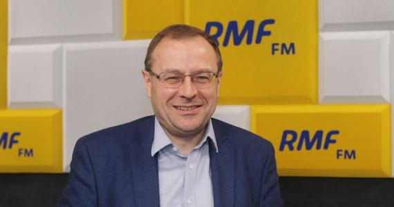 """Marcin Zaborski podczas Popołudniowej rozmowy w RMF FM zapytał swojego gościa, prof. Antoniego Dudka - dlaczego politycy rozmawiają teraz o prawach mniejszości seksualnych i robią z tego oś sporu? """"PiS robi to dlatego, że większość Polaków jest konserwatywna w swoim podejściu do kwestii obyczajowych. W związku z tym, jeżeli uda się wytworzyć u tych Polaków poczucie, że zagraża nam jakaś straszliwa ideologia LGBT, która chce zniszczyć polską rodzinę, to prezydent Duda ma zwycięstwo w kieszeni"""" – przekonywał w odpowiedzi politolog. I jak dodaje, oszustwem jest również przekonywanie, że kiedy prezydentem zostanie Rafał Trzaskowski rozpocznie się """"wielka rewolucja obyczajowa"""". """"Tak się nie stanie, bo prezydent nie ma do tego narzędzi""""."""