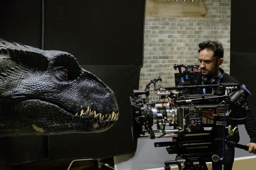 """Kolejna część popularnej serii przygodowych filmów o dinozaurach, reżyserowany przez Colina Trevorrowa """"Jurassic World: Dominion"""", będzie pierwszą dużą produkcją, która wróci na plan w Wielkiej Brytanii. Opublikowano zasady bezpieczeństwa, jakich trzymać się będą filmowcy."""