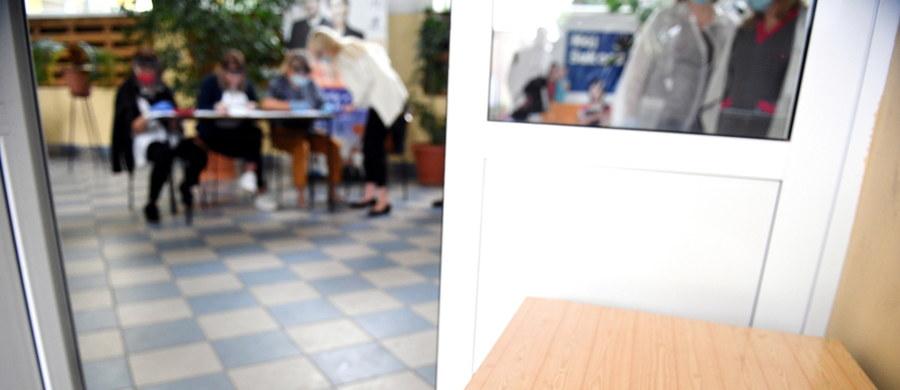 Trwa maturalna sesja egzaminacyjna. Dziś abiturienci zmierzą się z testami z biologii oraz wiedzy o społeczeństwie. Na RMF24.pl znajdziecie arkusze wraz z propozycjami odpowiedzi przygotowanymi przez ekspertów portalu Interia.pl.